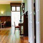 Eingang zum Gutshaussaal mit Klavier - gemütlich & rustikal