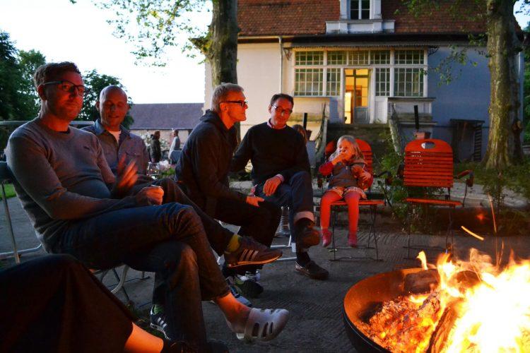 Gruppe am Lagerfeuer - gemeinsam den Tag ausklingen lassen am Lagerfeuer mit guten Gesprächen